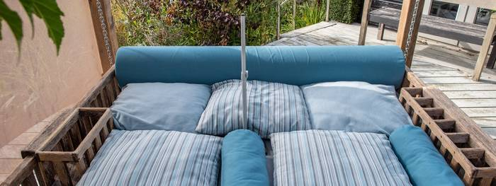 Neatly arranged swinging day bed